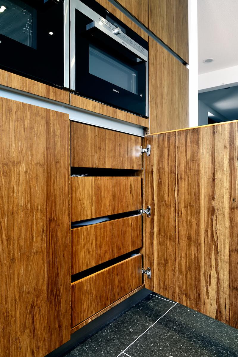 De fronten van deze Kitchzen-keuken zijn opgebouwd uit bamboe, het meest duurzame en milieuvriendelijke bouwmateriaal dat er is. Hierbij kan worden gekozen uit verschillende bewerkingen en alle RAL-kleuren in milieuvriendelijke lak. Via Keukenspecialist.nl