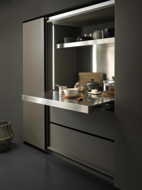 In dit zogenaamde sliding system van Modulnova kan je slim en stijlvol producten als glazen, olie, potjes en andere accessoires opbergen. Of je kunt kiezen uit een naar voren uitschuifbaar keukenblad, handig voor keukenmachines of een aparte snij-unit