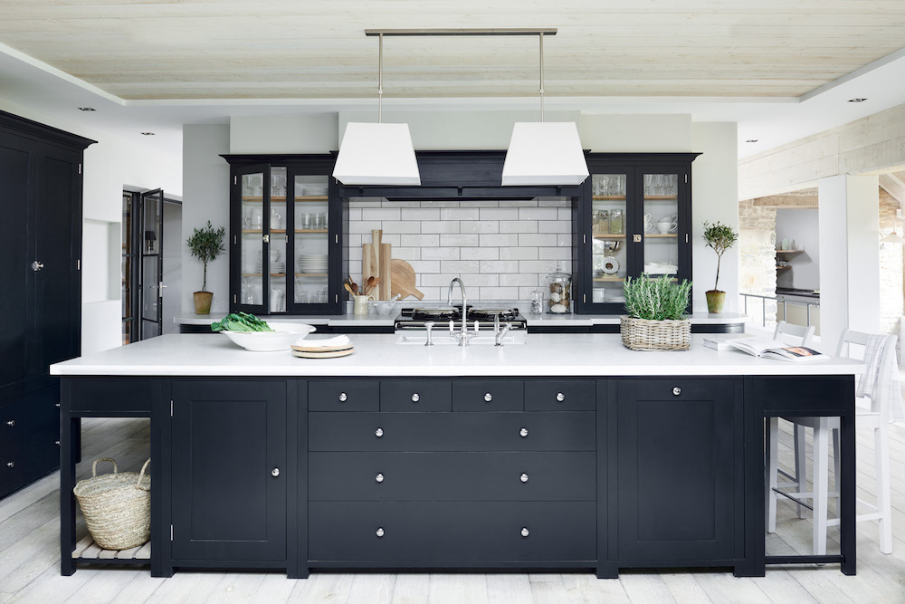 Suffolk keuken in de kleur 'Charcoal' van Neptune. Via Martin Zoon Interior Design