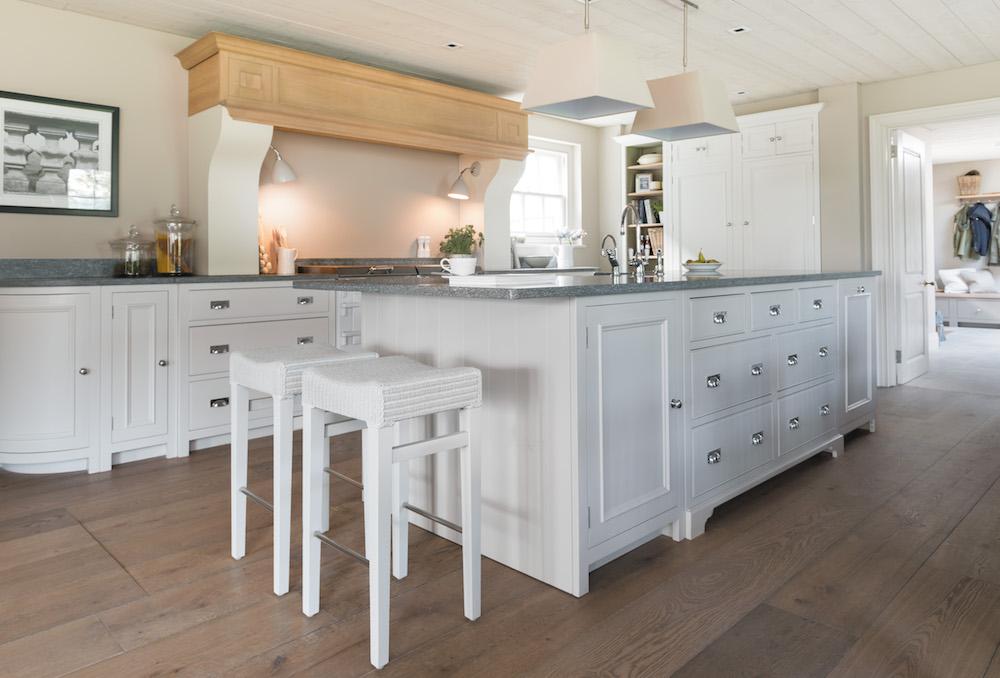 Nieuwe Keuken Kopen Tips : Witte houten Neptune keuken via Martin Zoon Interior Design. Door te