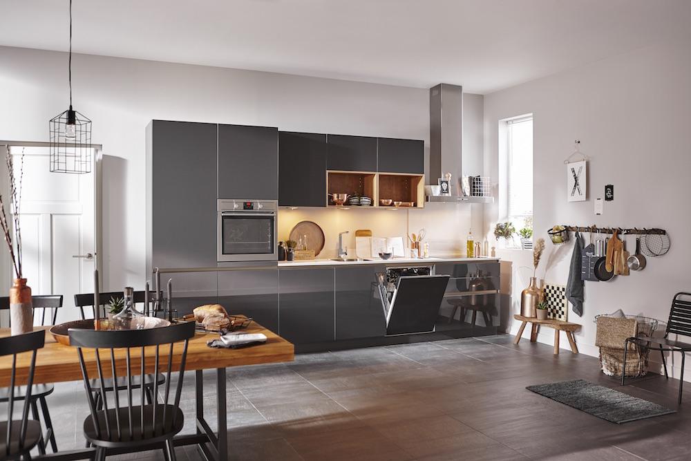 Nieuwe Keuken Kopen Tips : De warme kleur lavazwart wordt in deze greeploze keuken gecombineerd