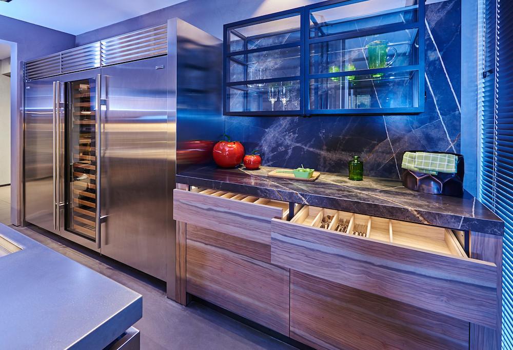 Tieleman Keukens en ontwerper Eric Kant gingen een succesvolle samenwerking aan. Deze designkeuken is een van de projecten. Staal, marmer, olijfhout en rvs combineren prachtig. Gedacht is aan ruime opbergmogelijkheden, zowel zichtbaar als onzichtbaar.