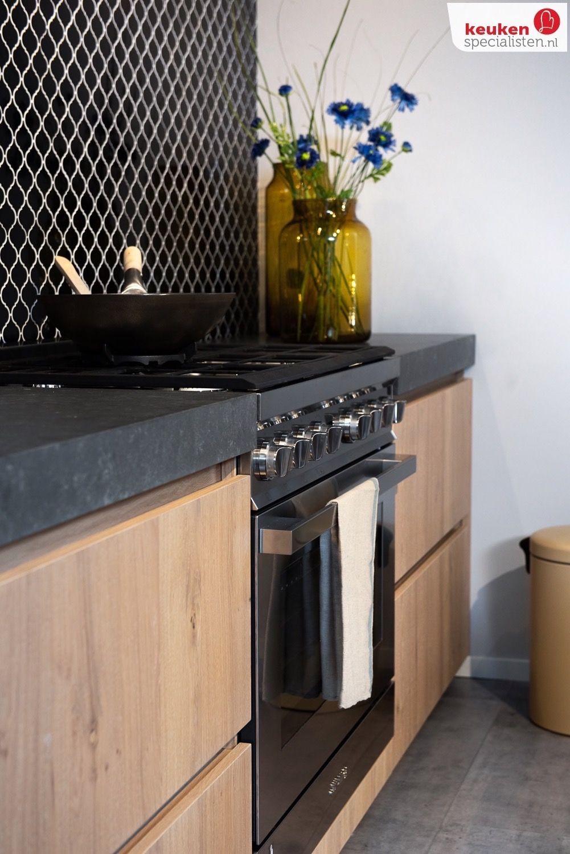 Houten keuken met zwart wit tegels op de wand #wandtegels #zwartwit