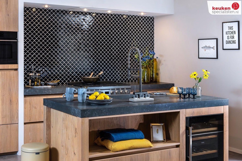 houten keuken met zomerse styling via Keukenspecialisten.nl