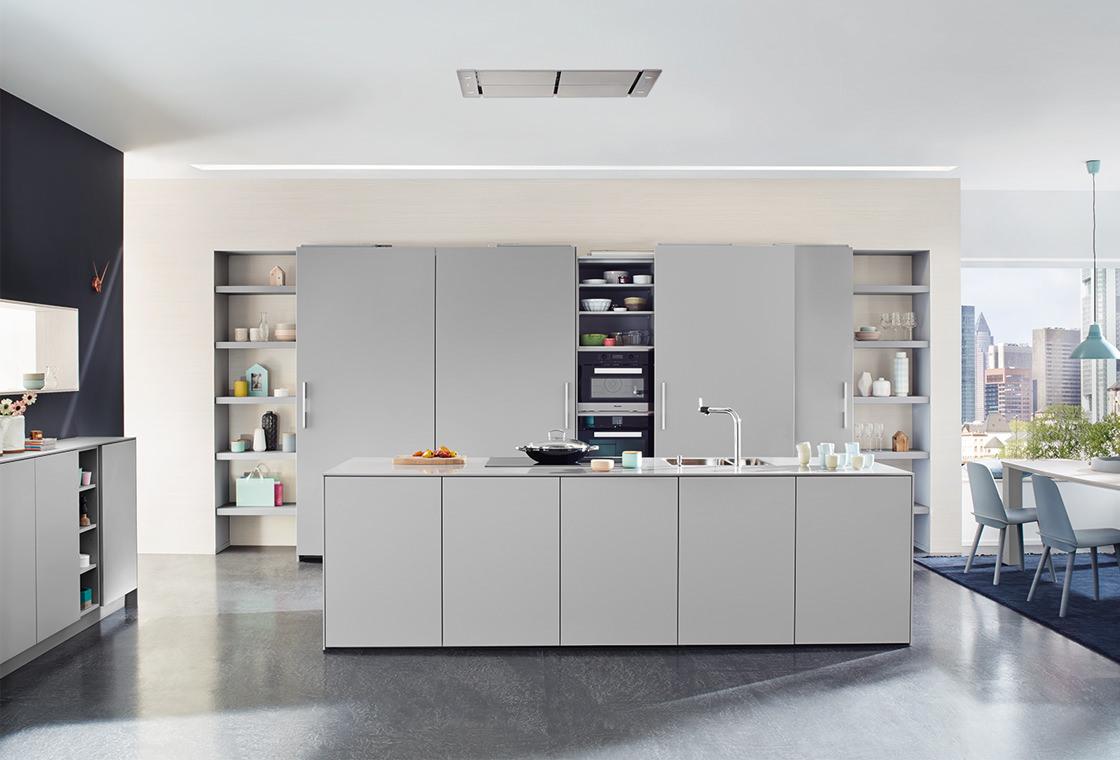 Moderne greeploze keuken met grijs kookeiland van Keukenspecialist.nl. Vraag de gratis belevingsgids met keukeninspiratie.