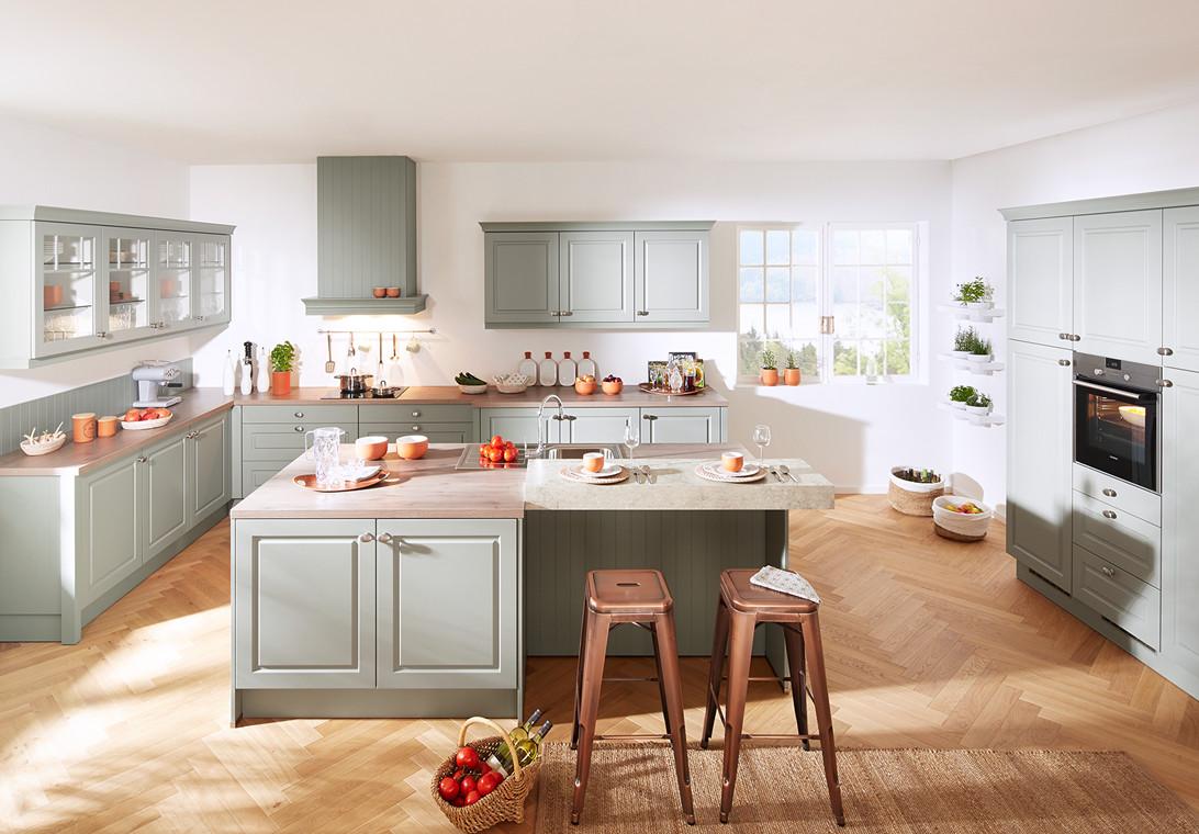 Landelijke keuken in zacht groen van Keukenspecialist.nl. Vraag de gratis belevingsgids met keukeninspiratie.