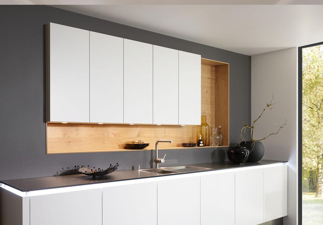 Compacte moderne keuken met verlichting onder keukenblad van Keukenspecialist.nl. Vraag de gratis belevingsgids met keukeninspiratie.