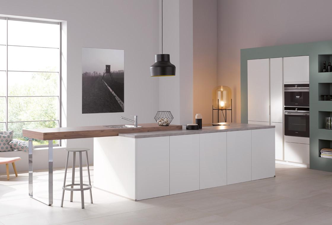 Wit kookeiland met ontbijtbar van Keukenspecialist.nl. Vraag de gratis belevingsgids met keukeninspiratie.