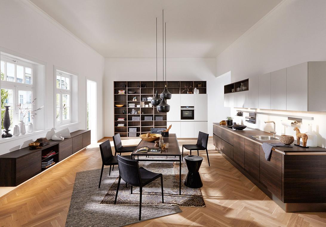 Ruime houten woonkeuken van Keukenspecialist.nl. Vraag de gratis belevingsgids met keukeninspiratie.