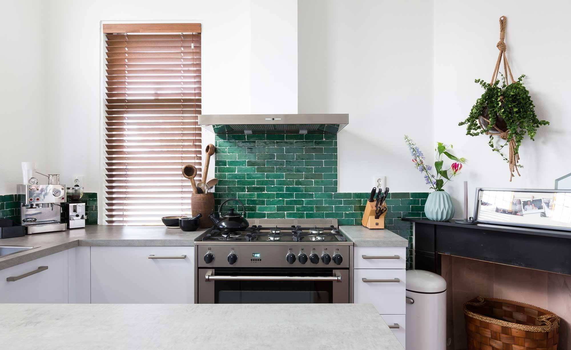 Keukentrends 2017. Mosgroene handgemaakte tegeltjes uit Marokko via Designtegels. De keuken is uit het programma verbouwen of verhuizen van VTWonen #vtwonen #keukentrends