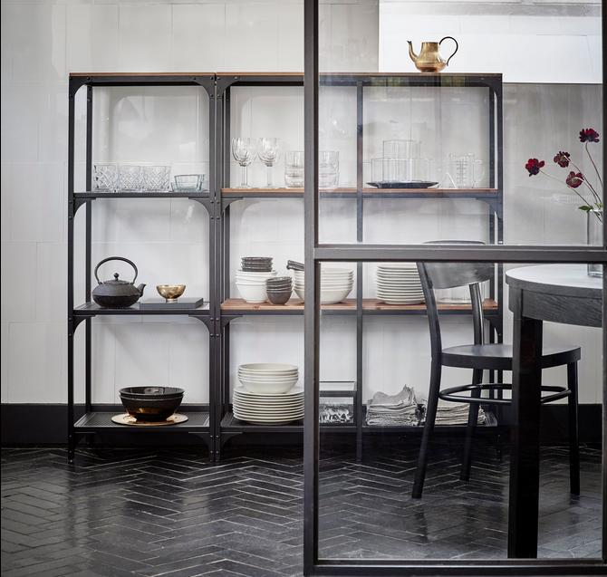 Open vitrinekast van IKEA voor in de keuken. Mooi om je servies in uit te stallen!