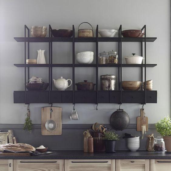Keukentrend 2017 - open kasten in de keuken om je servies, potten en pannen te etaleren. Alles mag gezien worden! Wandrek Falsterbo van #Ikea #keuken #trend #kast #wandrek