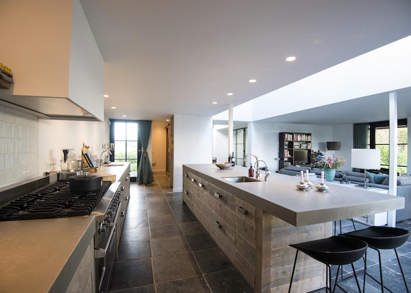 Keukentrend 2017 - woonkeuken met ontbijtbar. Keuken van oud hout via RestyleXL