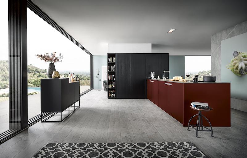 next125 keuken NX620 NX500 in satijnlak robijn rood met sideboard kast in onyx zwart #woonkeuken #designkeuken #keukeninspiratie #next125