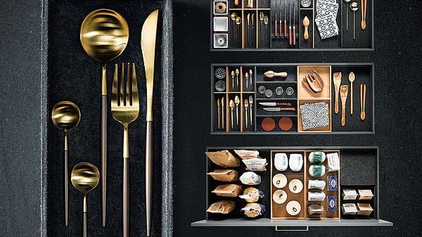 Het Flex boxen-systeem van next125 is nu ook verkrijgbaar met vlies in de kleur antraciet. Dit luxe en zachte materiaal voelt aangenaam aan en dempt het geluid van bestek, keukengerei of porselein. #next125 #keukenlade #opbergen #keukeninspiratie #flexbox