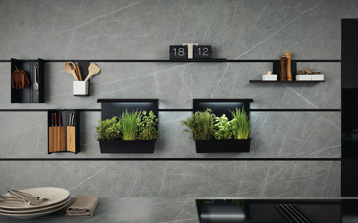 Groene planten en kruiden zijn mooi voor de keuken. Deze next125 paneeltuinen met groeilamp zijn speciaal gemaakt voor het next125 Cube wandsysteem. Het licht heeft een automatische schakelklok. Prachtig! #next125 #paneeltuinen #kruiden #keuken #keukeninspiratie