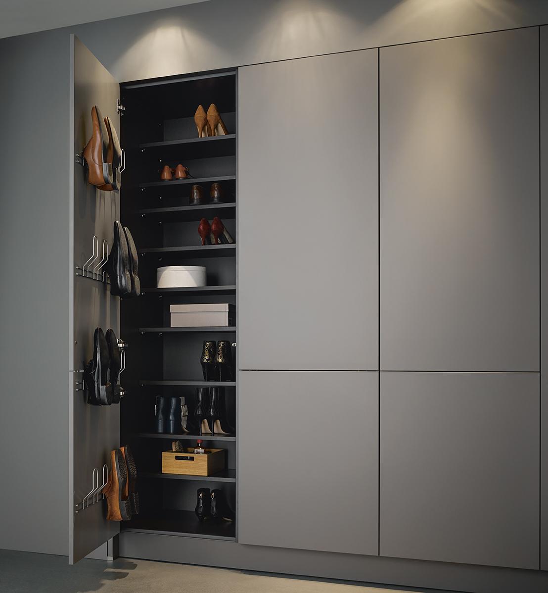 next125 kast voor hal met geintegreerde schoenenkast passend bij keuken #bijkeuken #hal #kast
