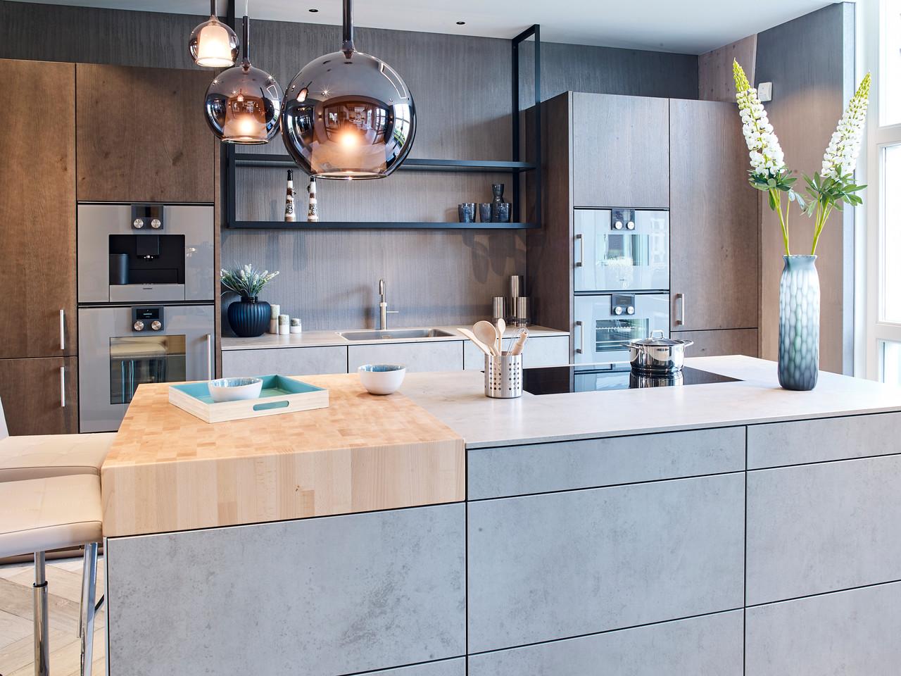 Designkeuken met betonlook en houten hakblok. next125 keuken NX950 NX620 via Tieleman keukens #next125 #keuken #tielemankeukens