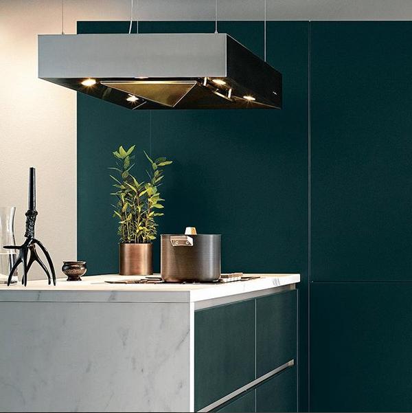 Designkeuken next125 NX 500 in satijnlak donkergroen met keramiek werkblad in marmerlook. Met matching recirculatie eilandafzuigkap #next125 #nx500 #keukeninspiratie #kookeiland #keuken #designkeuken #next125