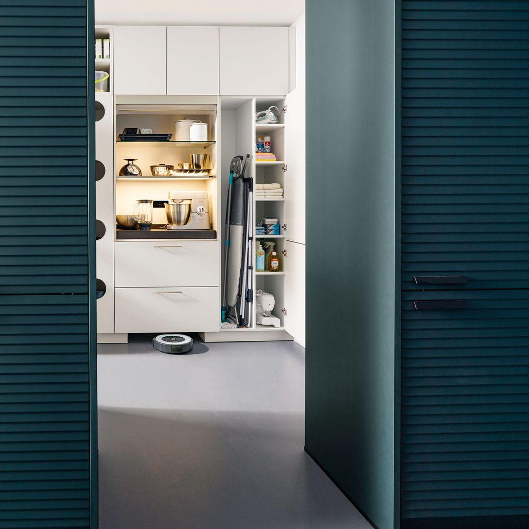 Bijkeuken en wasruimte inrichten en indelen. Opbergoplossingen en voorraadkasten #bijkeuken #wasruimte #keuken #keukenidee #voorraadkast #opbergen