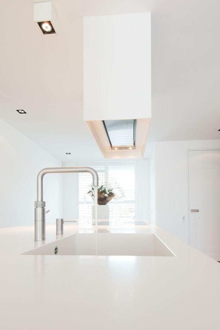 Spoel- en kookeiland van witte design keuken Snaidero way via Tieleman Keukens
