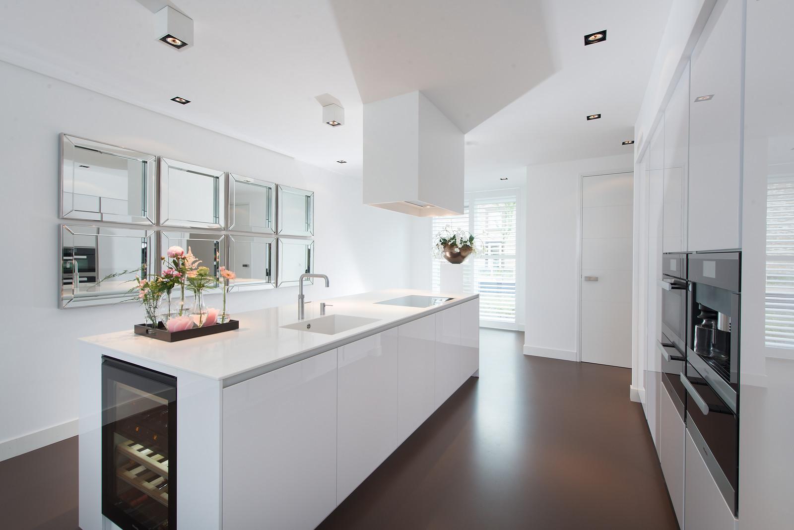 Witte hoogglans keuken met groot kookeiland - Snaidero Way via Tieleman Keukens