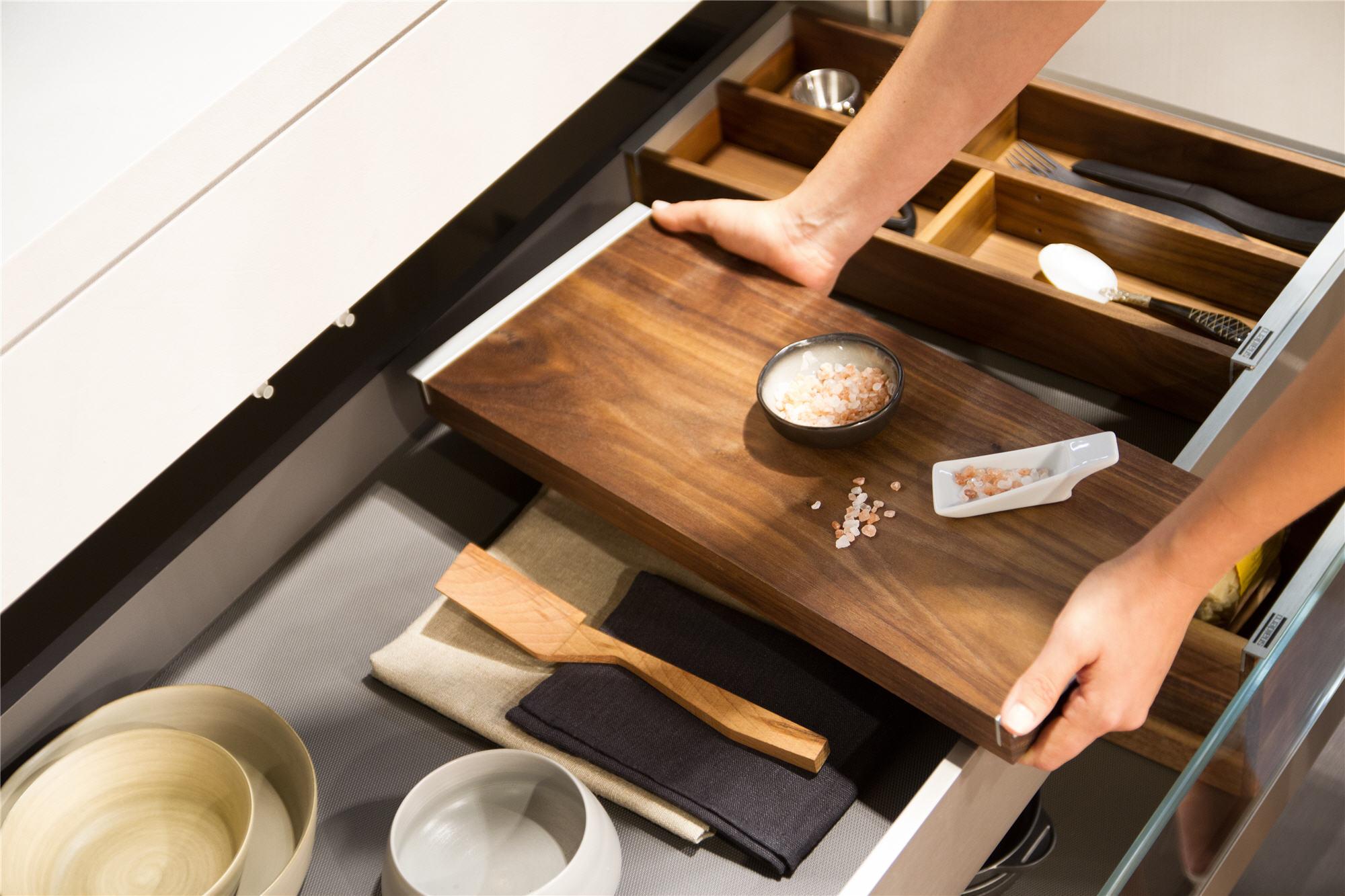 Keukenoplossing voor de keukenlade met houten snijplank. Snaidero First designkeuken viaTieleman Keukens #snaidero #tieleman #designkeuken