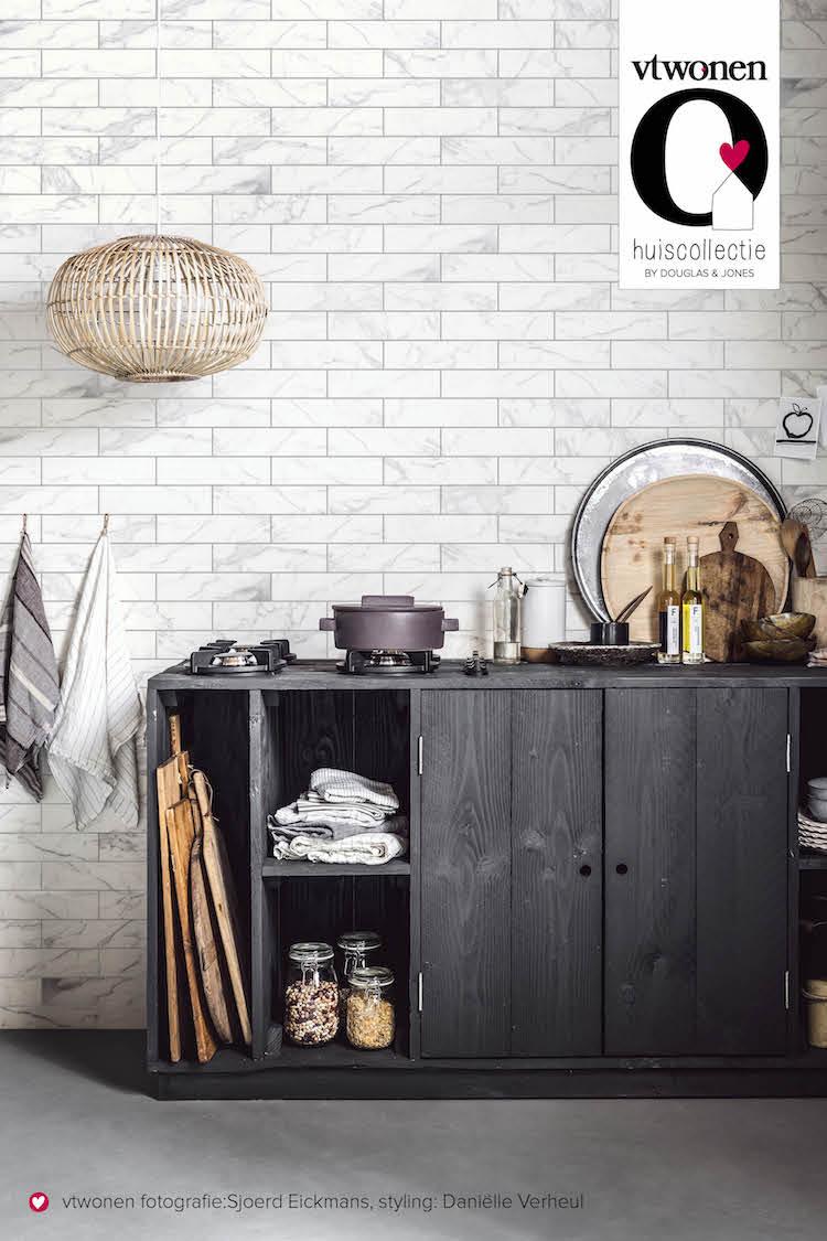Keukeninspiratie! Zwarte keuken met wandtegels met marmer look. Classic Marble via vtwonen by Douglas & Jones #keukeninspiratie #keukentegels #wandtegels #vtwonen