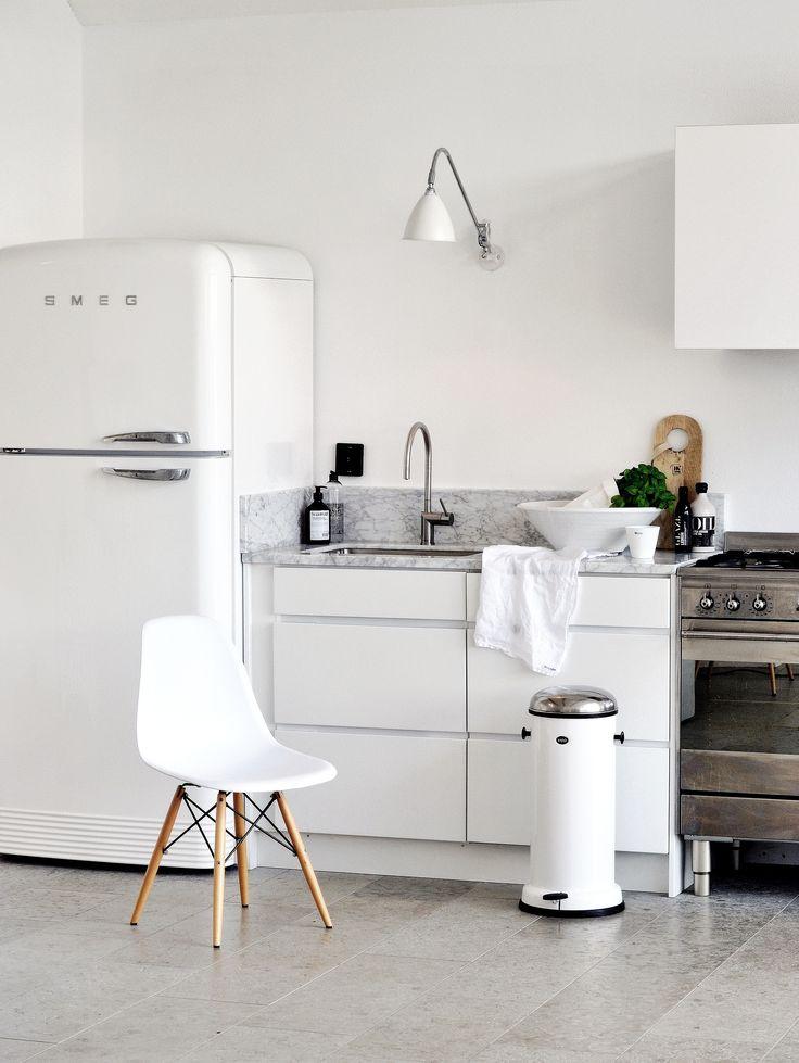 Witte keuken met witte Smeg koelkast