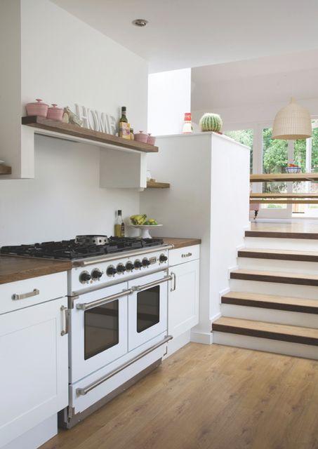 Wit fornuis van Falcon in witte houten keuken