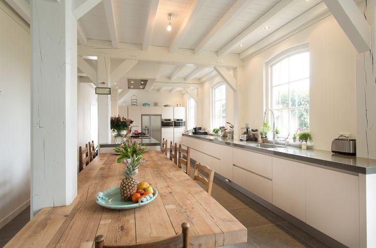 Witte moderne keuken in landelijk interieur via Tieleman Keukens