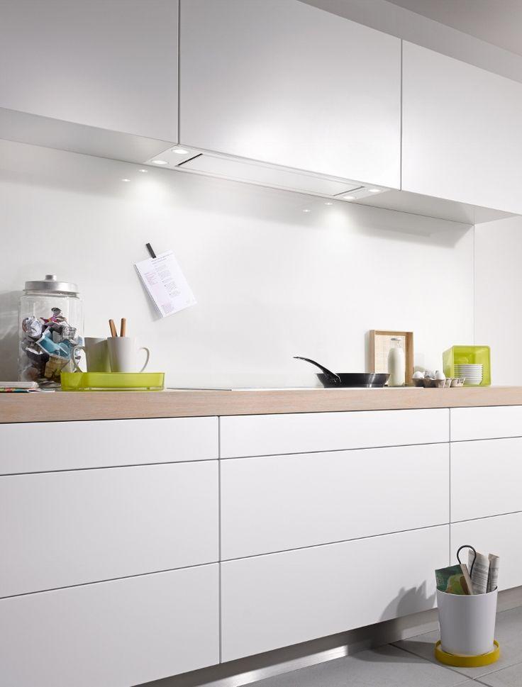 Witte keuken met ingebouwde afzuigkap van Miele