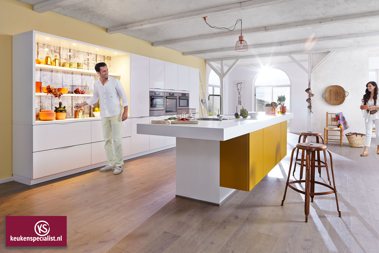 Witte keuken met kookeiland en kleurelement via keukenspecialist.nl