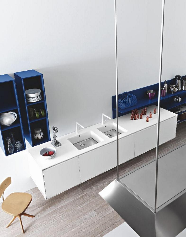 Witte keuken met witte decamacs spoelbak en werkblad