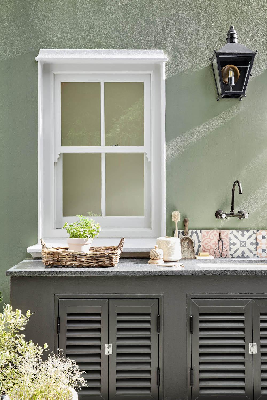 Buitenkeuken geverfd met buitenverf van Little Green #tuin #tuininspiratie #buitenverf