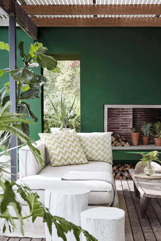 Overkapping tuin met groene muur. Buitenverf Little Green #overkapping #terras #tuin #Tuininspiratie
