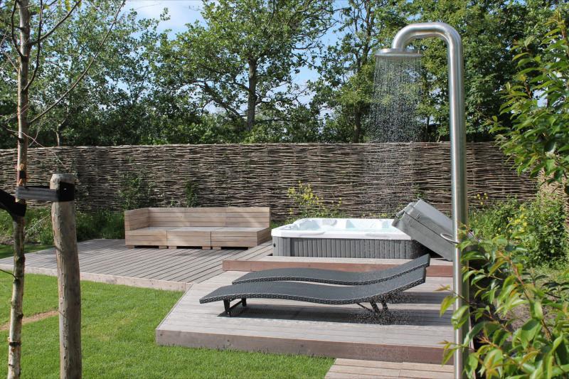 Tuintrends 2019 - kleine wellness in de tuin ter verkoeling in de warme zomermaanden. Buitendouche Jee-O Fatline in Duynvoet Schoorl #buitendouche #jeeo #fatline #tuintrends #tuin #wellness #tuinidee #tuininspiratie