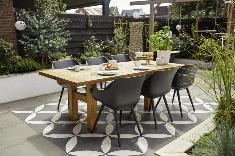 Tuininspiratie. Terras met eettafel en stoelen Sophie van Hartman. vtwonen buitentegels van Douglas & Jones #hartman #tuinmeubelen #vtwonen #tuin #terras #tuintegels #devriesxl