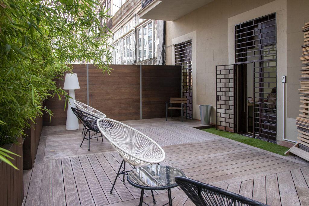 Terras met terrasplanken van Moso Bamboe X-treme. Bamboe vlonders en terrasplanken voo rde tuin #moso #mosobamboe #bamboe #terrasplanken #tuin #tuinidee
