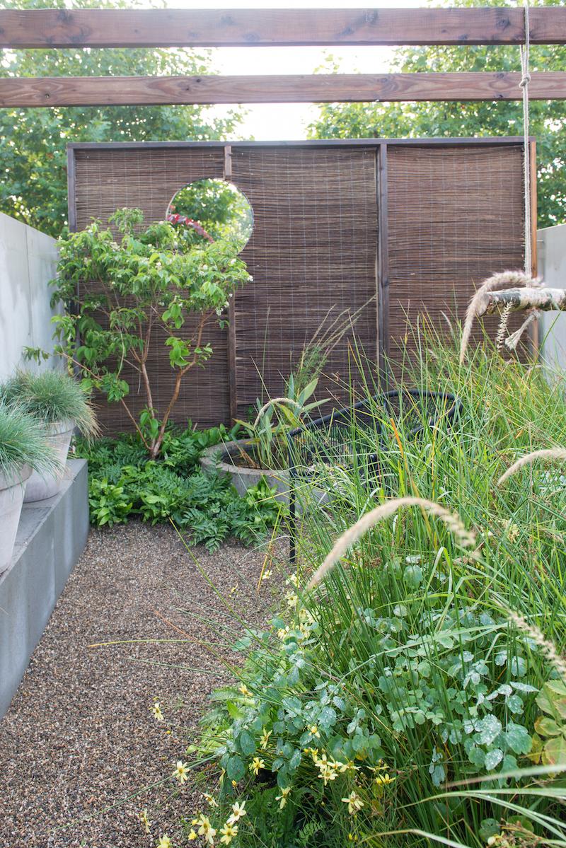 Tuintrends van 2021 met levend groen als basis. Er is volop aandacht voor duurzaamheid, biodiversiteit en goed watermanagement #tuin #tuintrends #tuinidee #tuininspiratie #2021