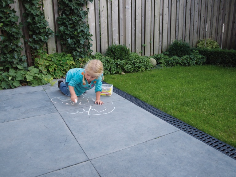 Terras met grote tegels en Aco EasyGarden sleufgoten