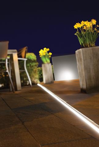 Aco afwatering voor de tuin. Sleufgoten met LED-verlichting