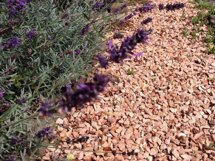 Tuininspiratie: mediterrane sfeer in de tuin met gekleurd grind via Amagard.com #tuin #tuininspiratie #grind #mediterraans #amagard