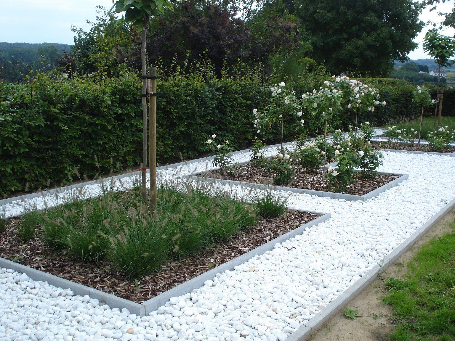 Tuininspiratie: moderne tuin met sneeuwwitte marmergrind via Amagard.com #grind #tuin #tuininspiratie #plantenbakken