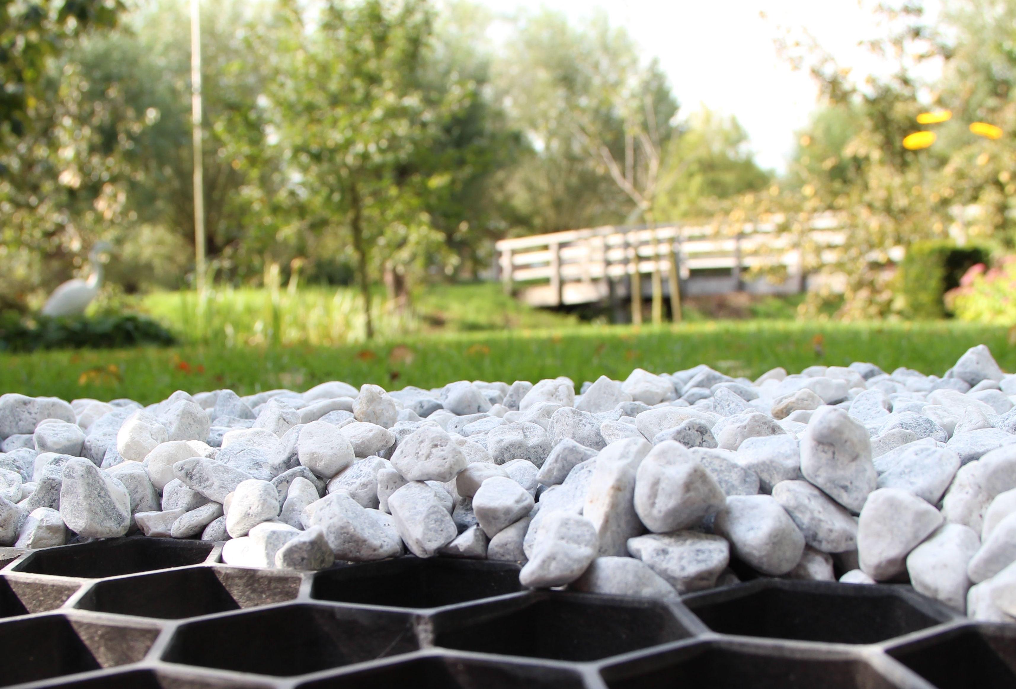 Grind in de tuin en op het terras. Grindmatten en pebbles van Amagard #tuin #bestrating #sierbestrating
