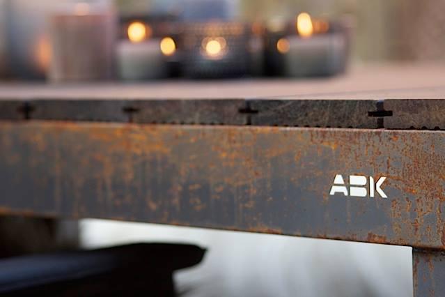 Tuintafel met cortenstalen frame van ABK Outdoor. Foto Eigen Huis en Tuin