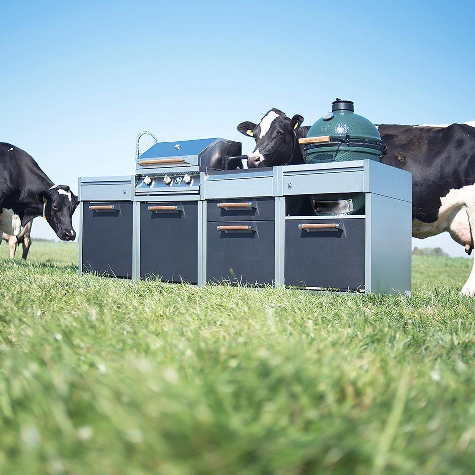 Buitenkeuken met Big Green Erg. Steel modulaire outdoor kitchen #buitenkeuken #steelcucine #outdoorkitchen #barbecue #greenegg
