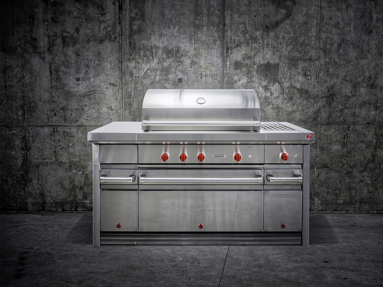 Luxe buitenkeuken met grill op maat gemaakt. Wolf Outdoor Kitchen #subzerowolf #buitenkeuken #tuin #outdoor #outdoorkitchen