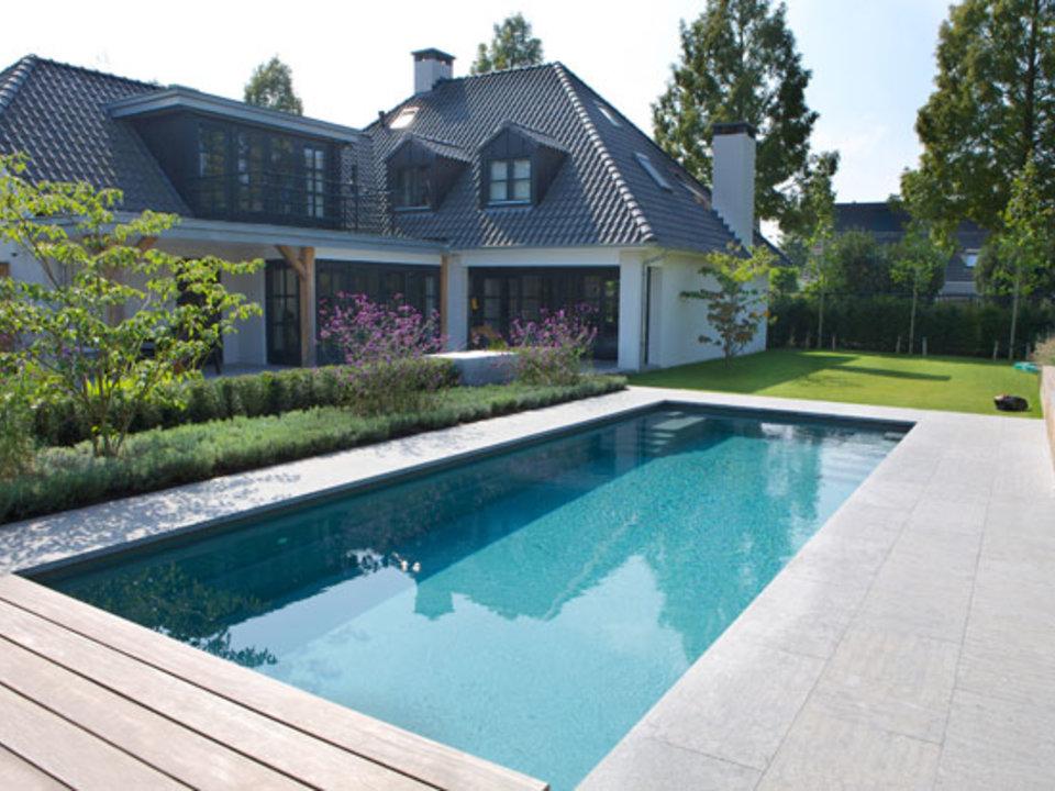 Zwembad in de tuin. Prachtig zwembad in tuin in Nederland van Compass Pools #zwembad #tuin #compasspools