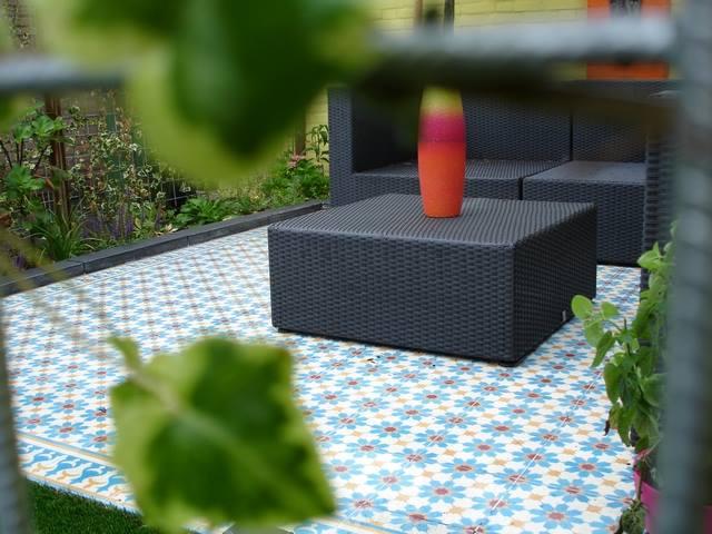 Terras met vrolijke tegels van Designtegels.nl #tuin #terras #tuinidee